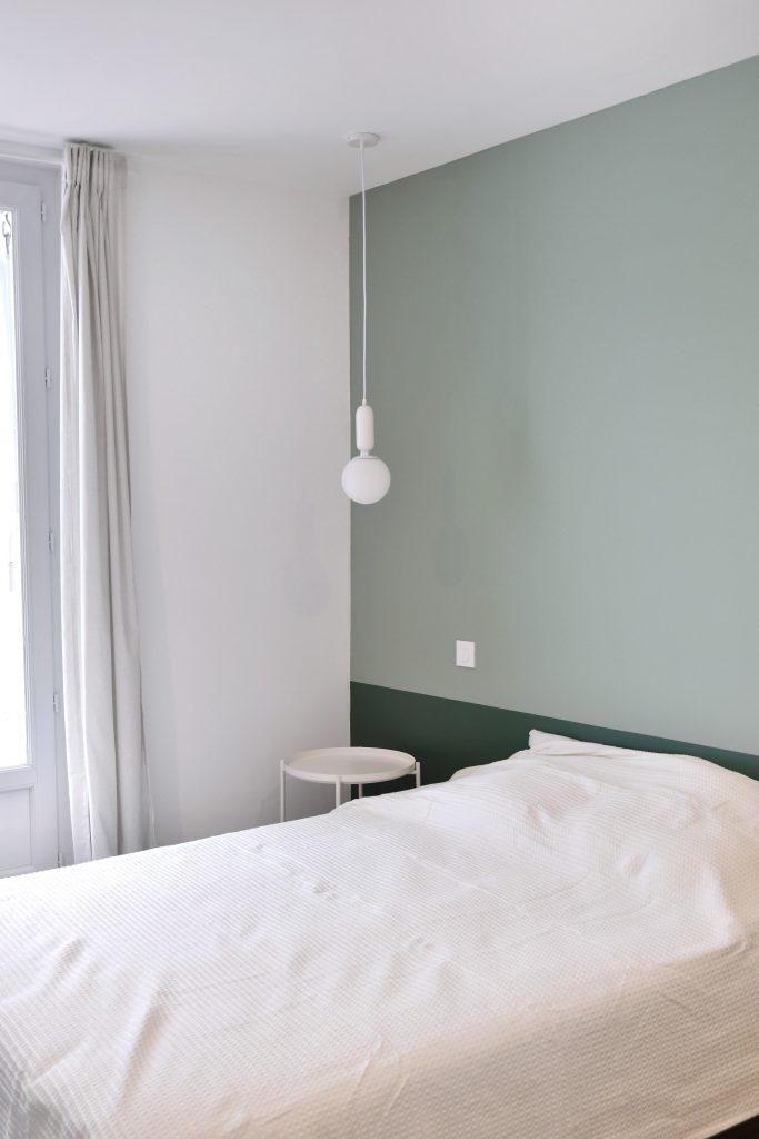 chambre et lit, soubassement vert foncé