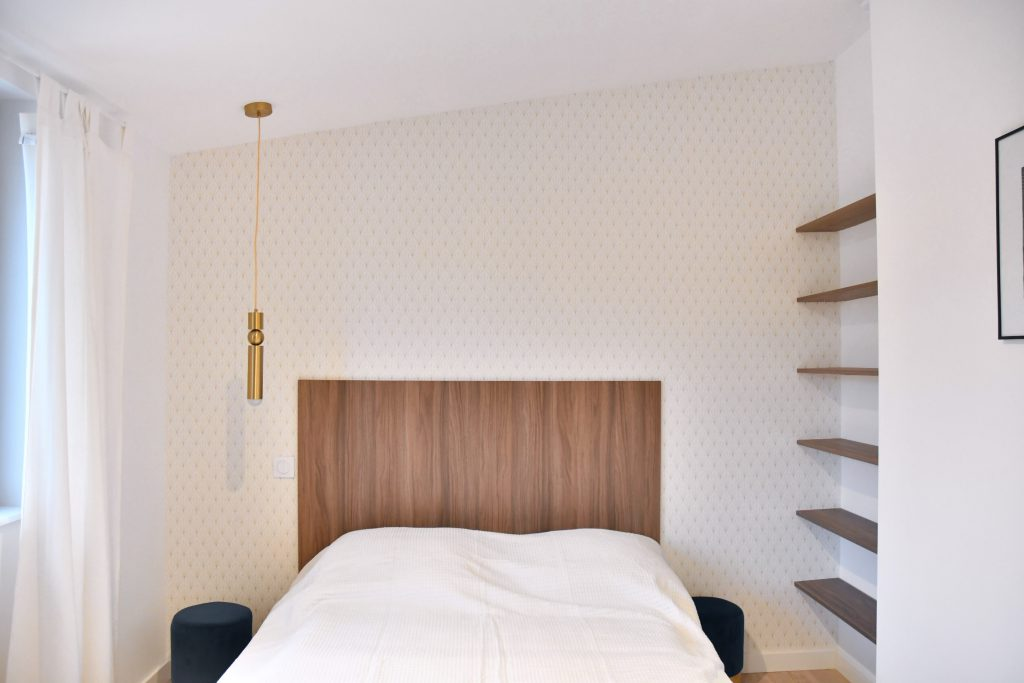 chambre avec papier peint et tete de lit en noyer