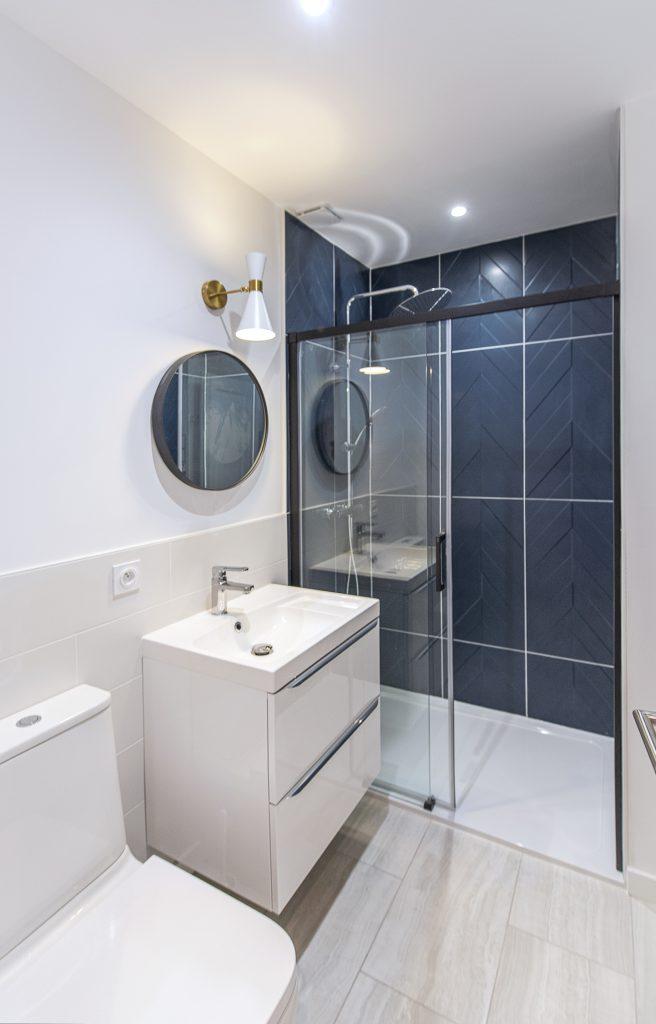 la salle de bain bicolore : faience en chevron bleu