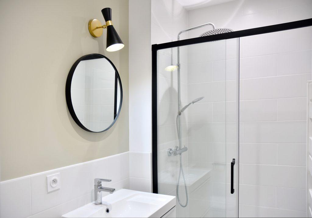 détails sur la salle de bain beige et blanche, douche indus