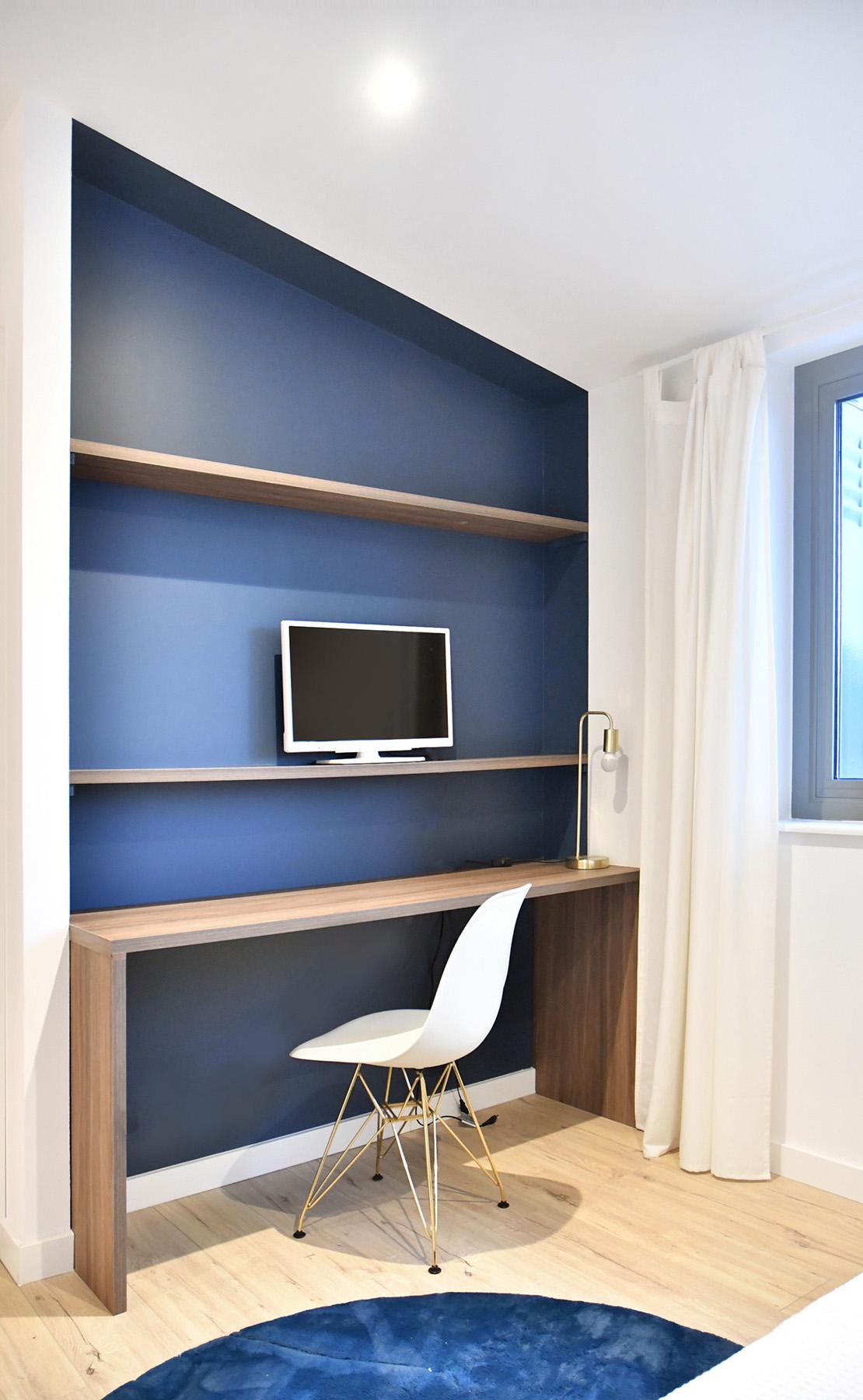 un bureau dans une niche peinte en bleue