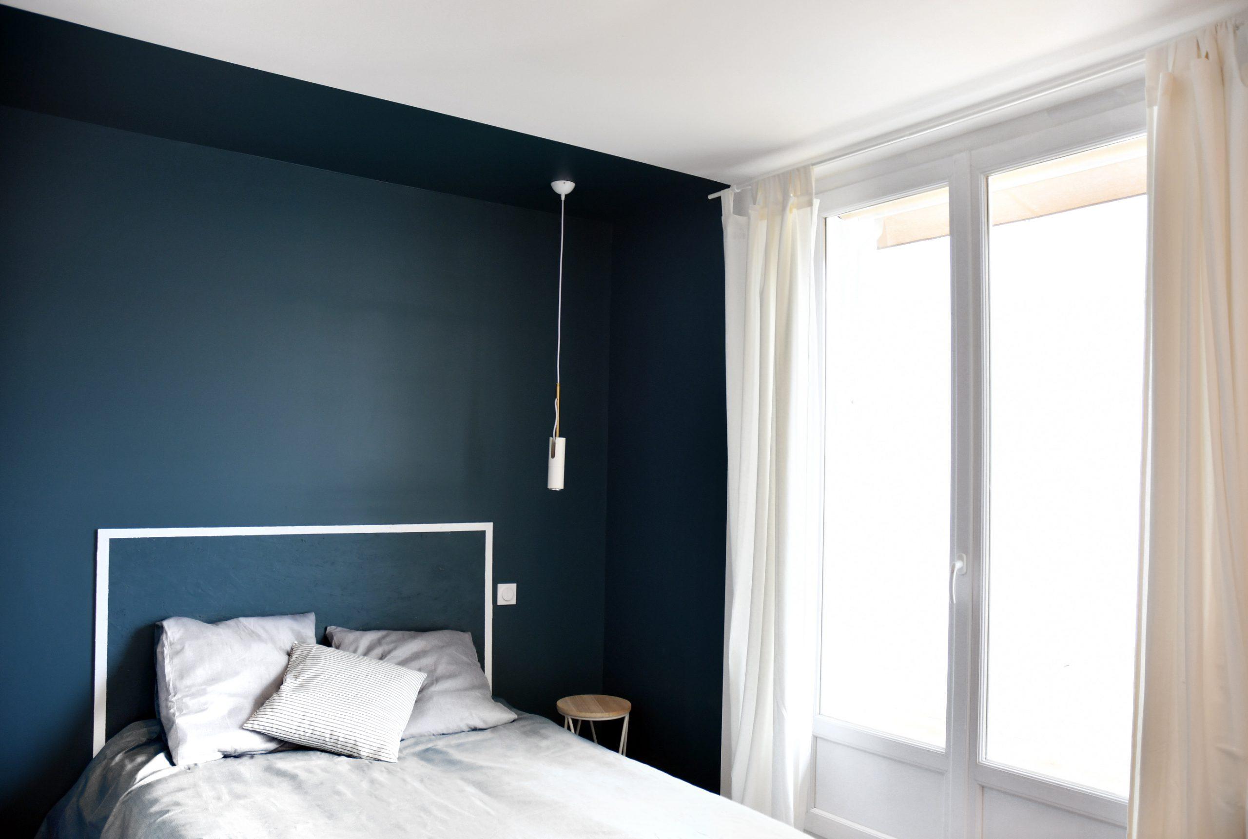 chambre bicolore : bleue, et sa tête de lit en OSB peint