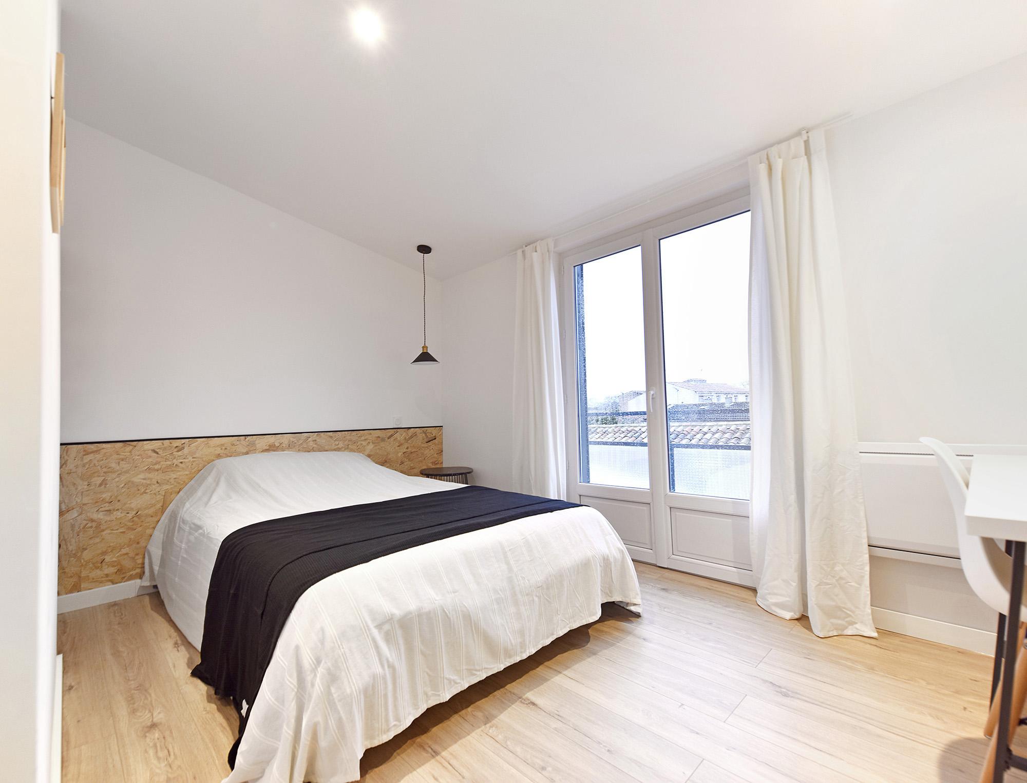 chambre apres amenagement interieur : tete de lit en osb