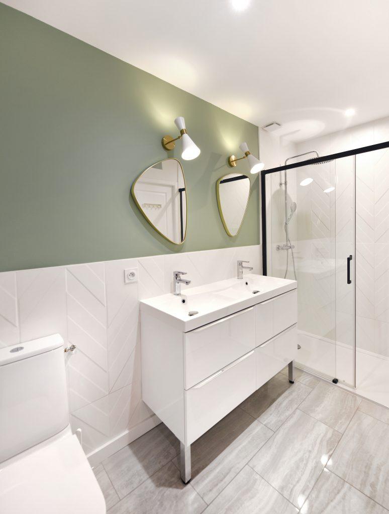 toilette, douche, double vasque dans salle d'eau lumineuse