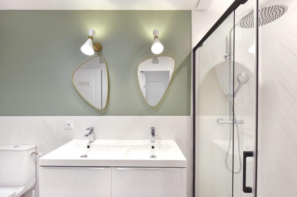 salle bain verte eau, douche et faience chevron blanc