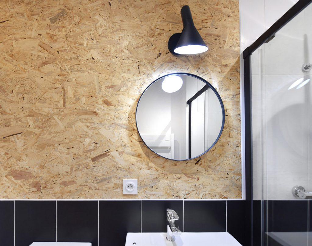 salle de bain osb et miroir industriel