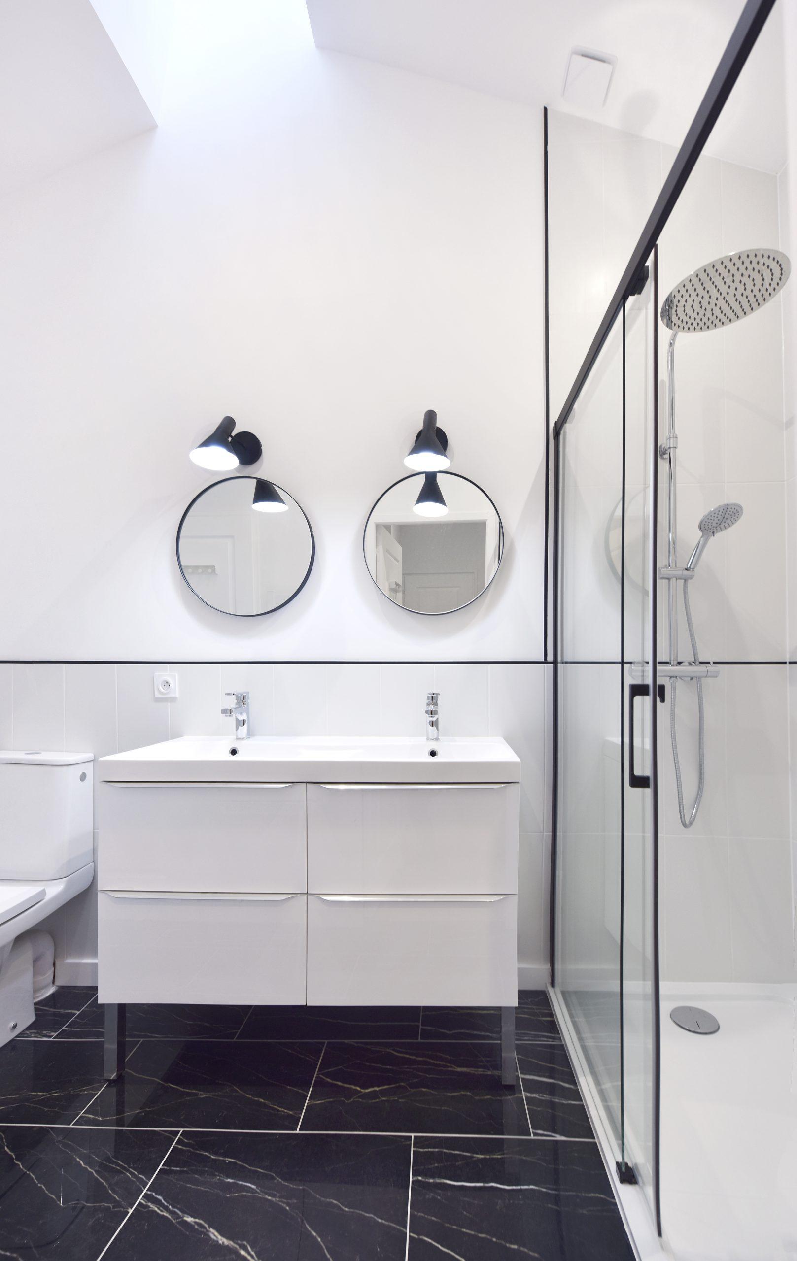 superbe salle d'eau marbre noir et faience blanche