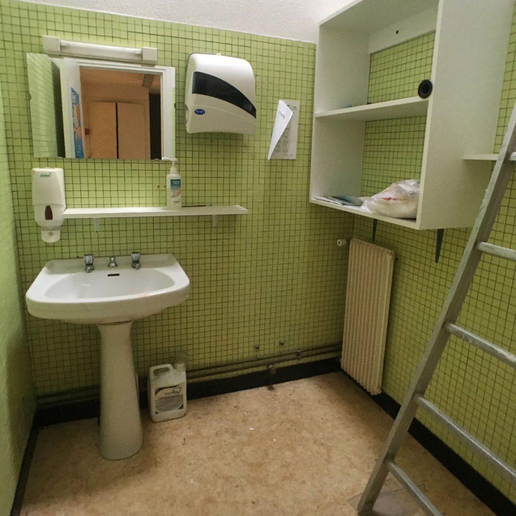 salle de bain verte fluo avant travaux