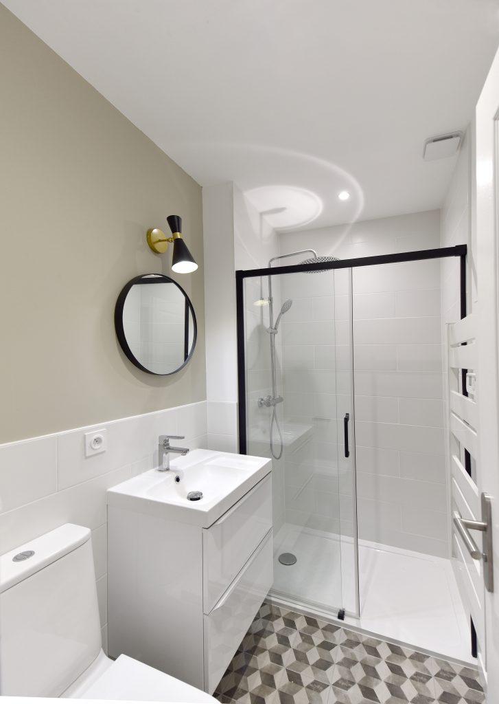 petite salle d-eau couleur creme et ses carreaux de ciments