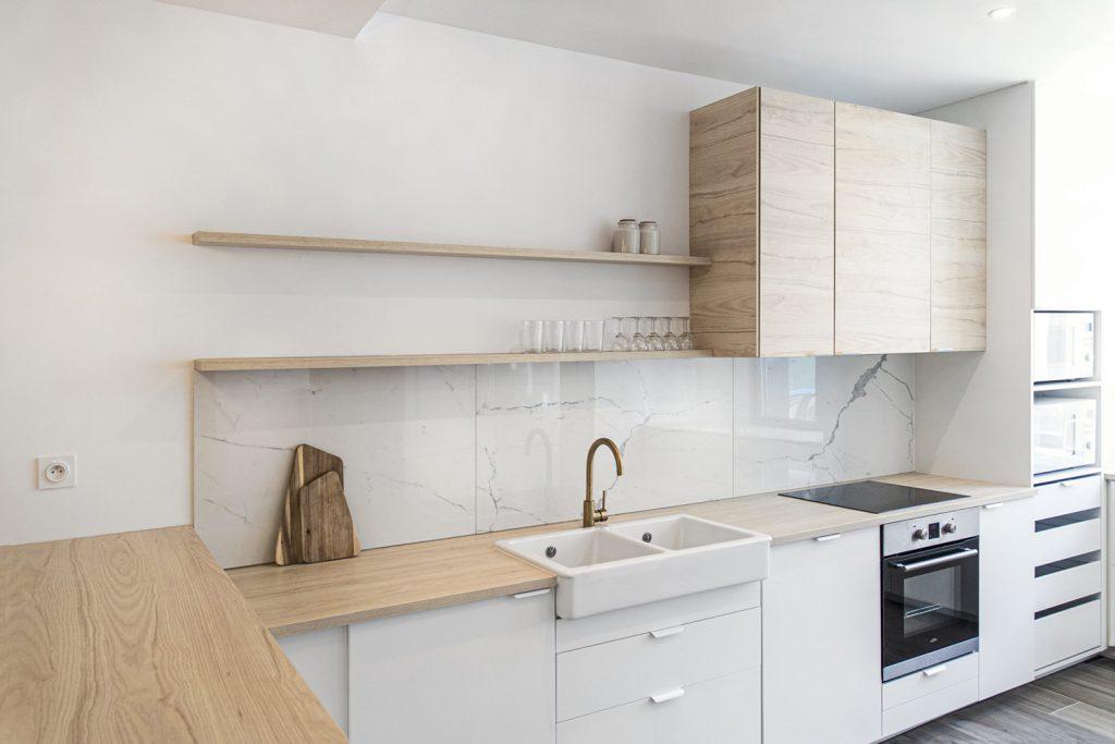 credence marbre dans la cuisine blanche et bois