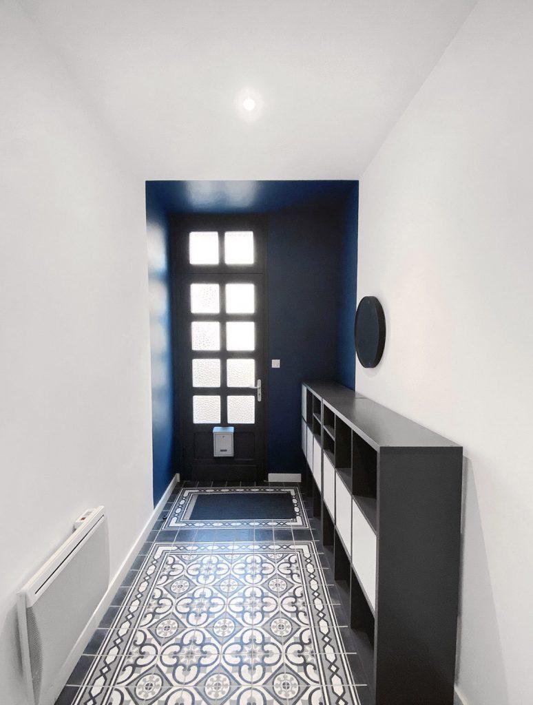 jolie entrée bicolore bleue et carreaux de ciments