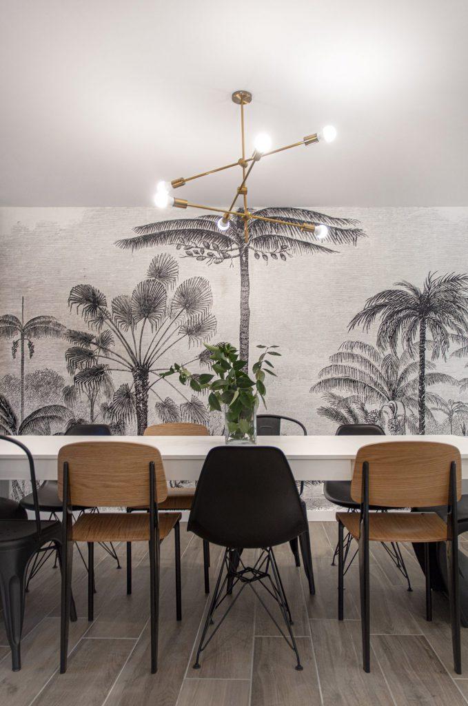 jolie table et papier peint graphique et devant : une table