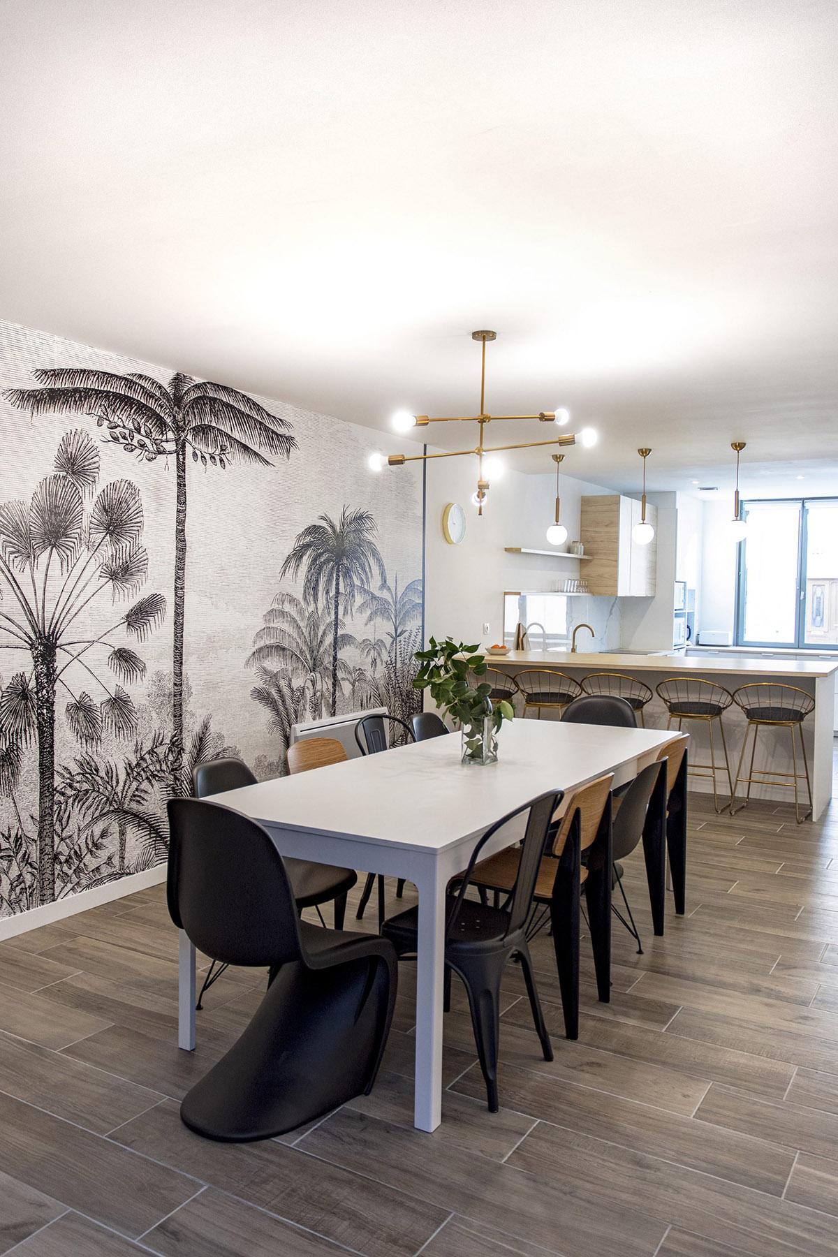salle a manger avec grande table et chaise de design et papier peint