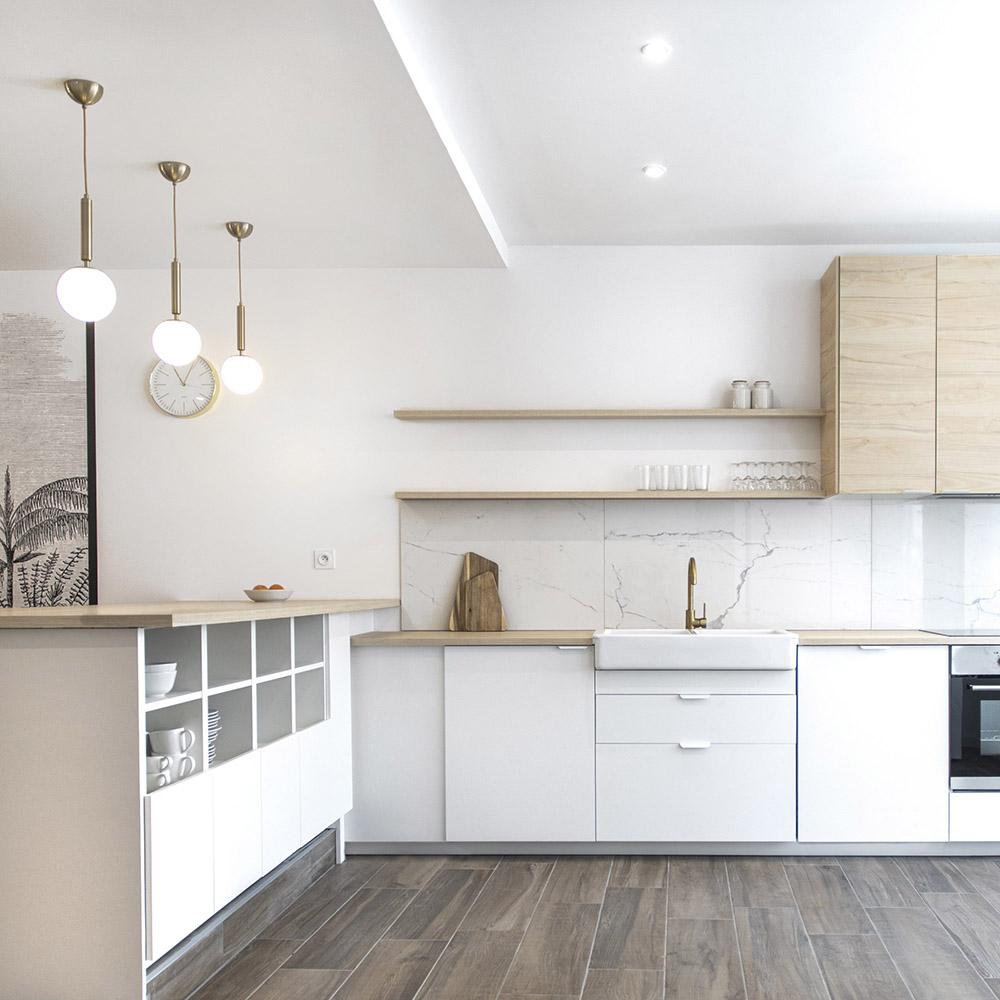 aménagement de cuisine blanche marbre, bois et doré