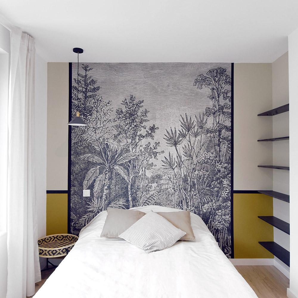 lit dans chambre moutarde et papier peint graphique