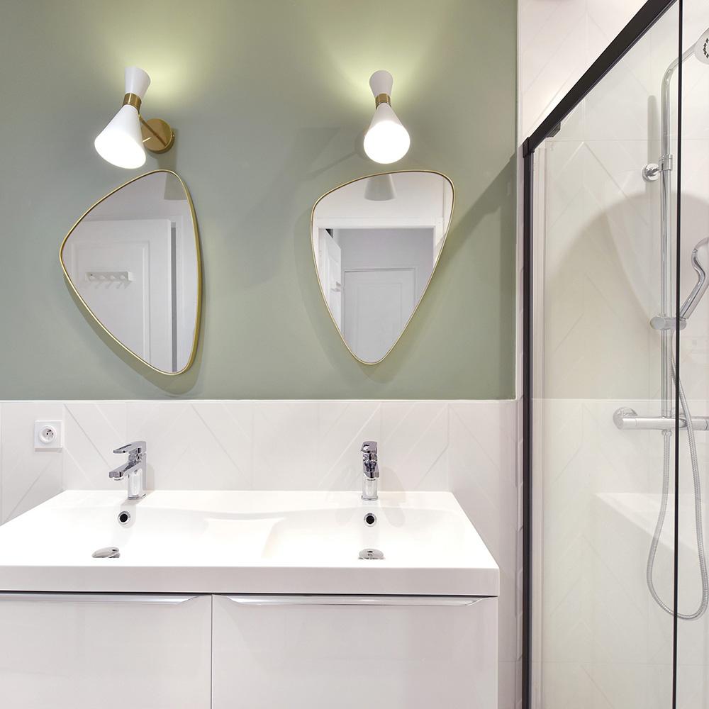 salle de bain verte, blanche, miroirs dorés et chevrons
