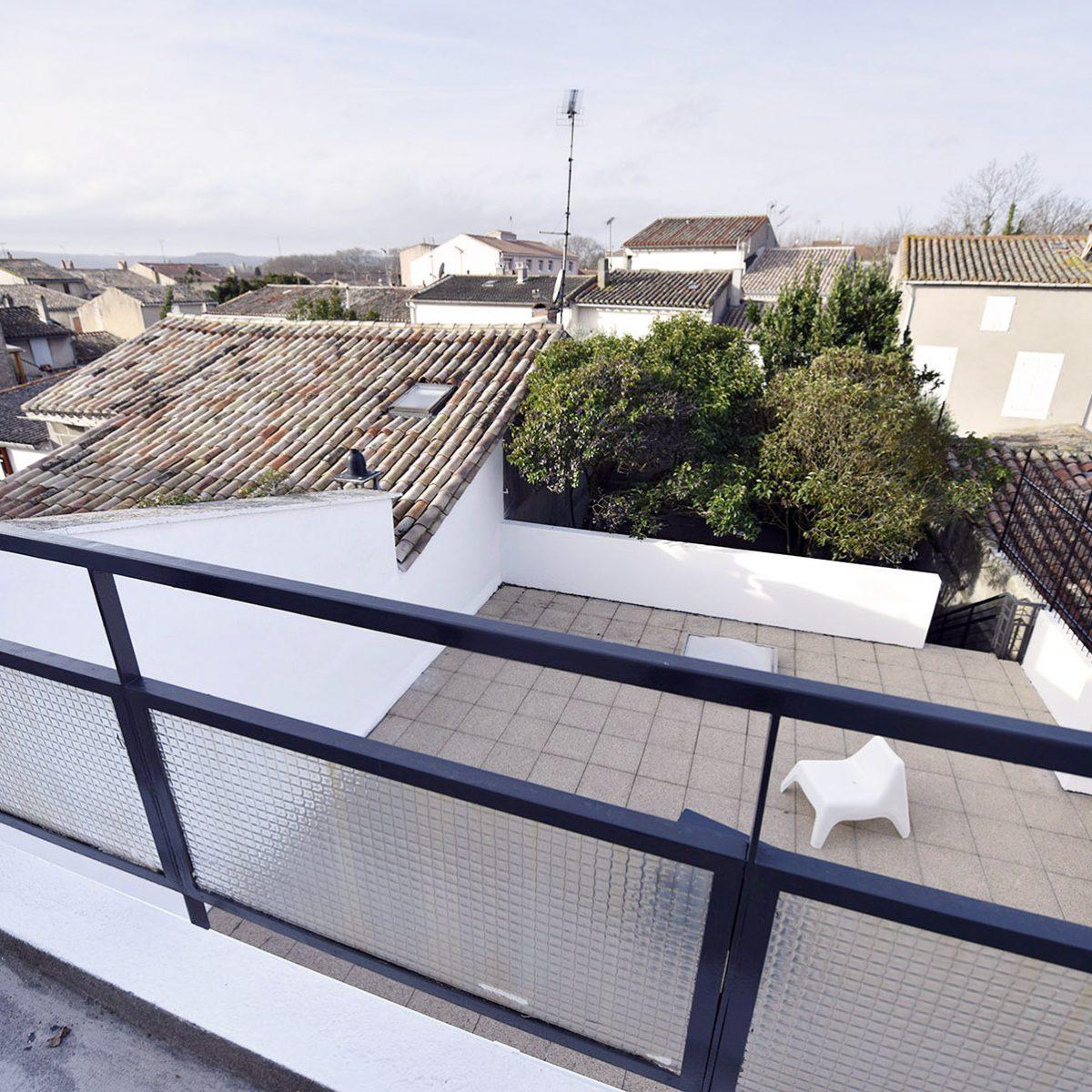 vue du balcon sur la terrasse de la maison